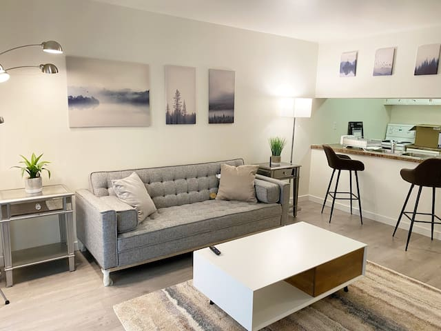 Bright Renovated Townhome Central Richmond by YVR