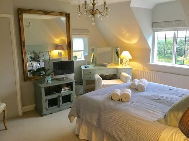 The room has views over fields opposite toward Leamington Spa.