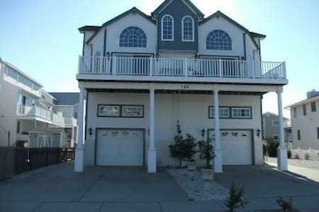 5BD/3.5 BATH Steps from the beach and bay!