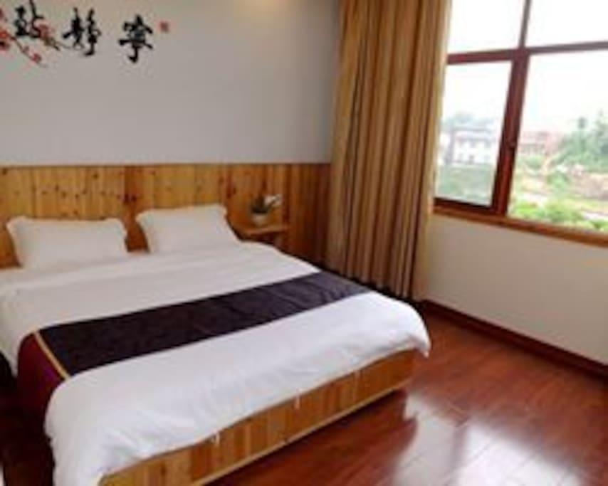 临溪大床房。木式装修,木地板,温馨舒适。