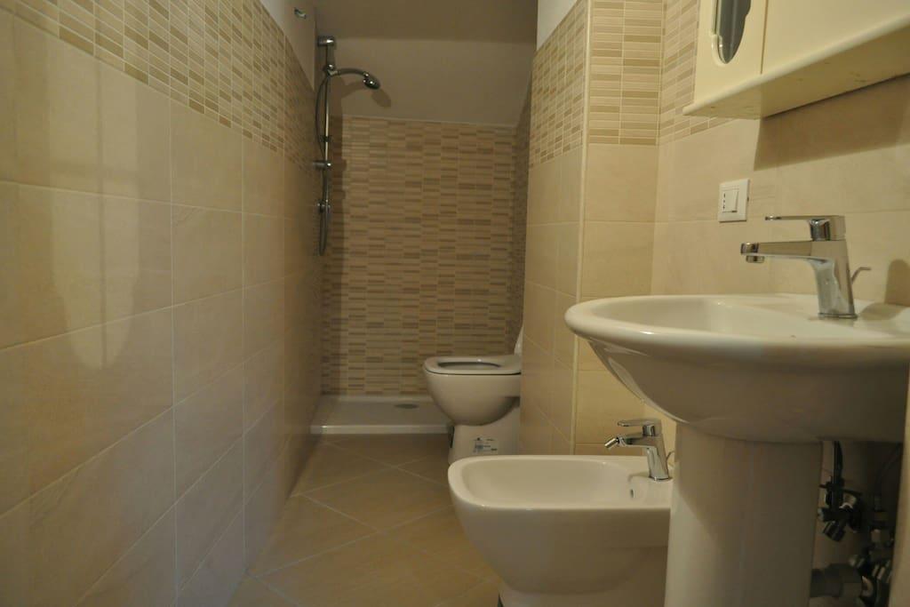 Il bagno nuovissimo con  la doccia