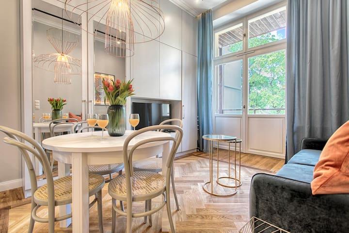 Amazing One Bedroom Apartment by Tyzenhauz