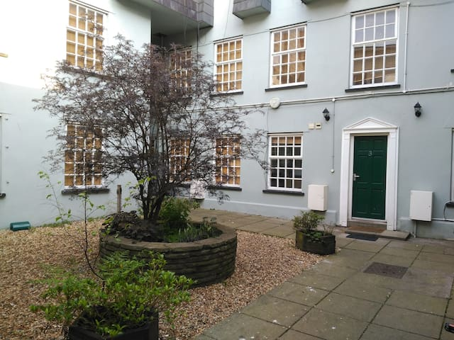 Entire house with 2 en-suite rooms, Cardiff Centre - Cardiff - House