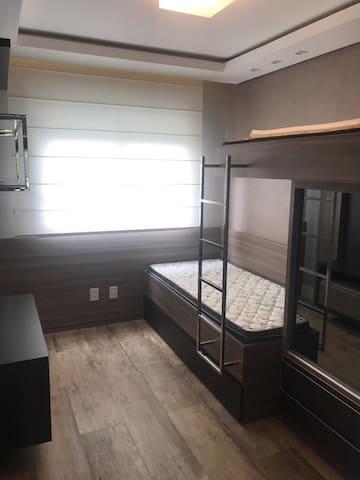 Beliche mais uma terceira cama, sob a cama de baixo