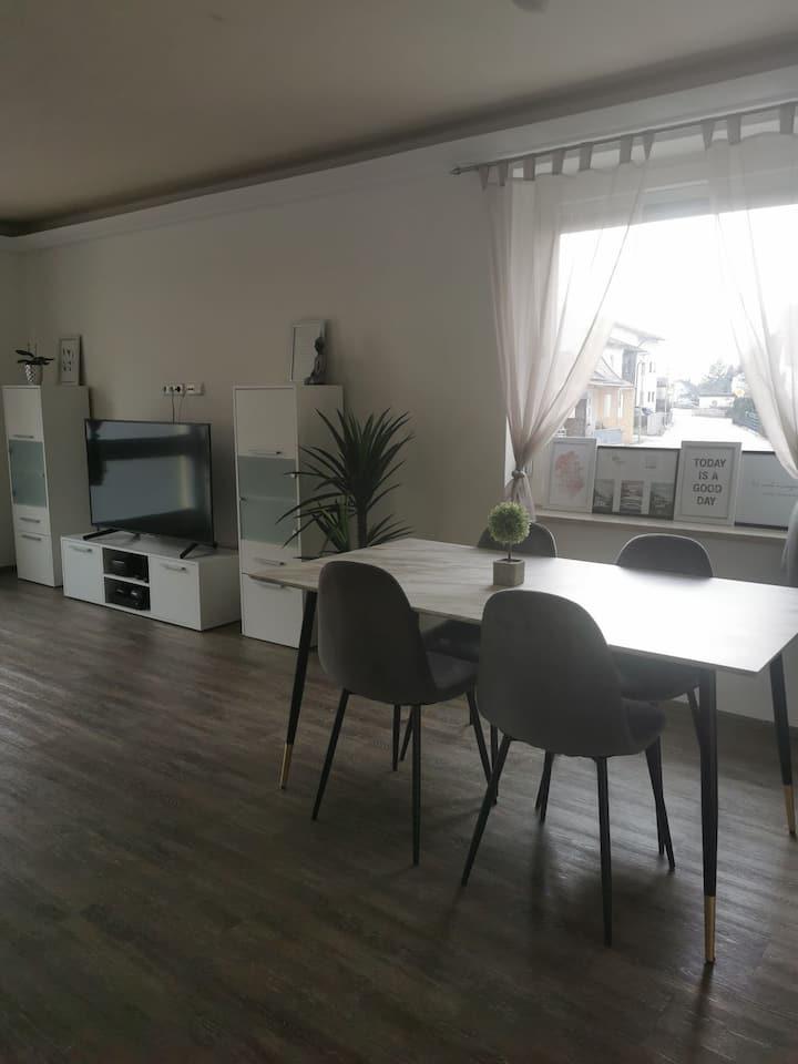 130qm, 1 großes Zimmer frei, hell, sauber