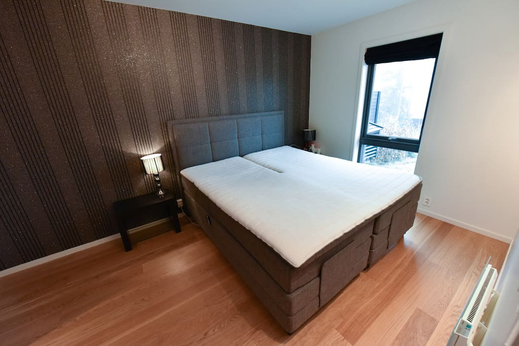 The main bed room has an exclusive Wonderland double bed with adjustable (separate) controls. The bed cost 80.000 NOK when new. This room is all for you, my honored guest(s)!