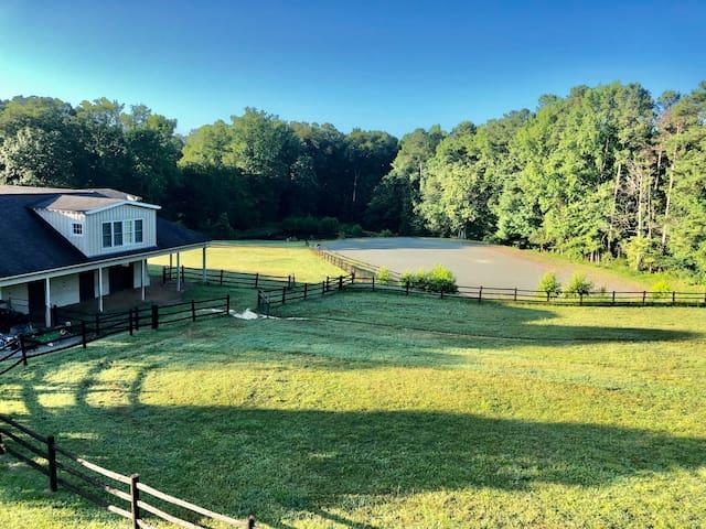 Serene Green Acres retreat; private barn loft