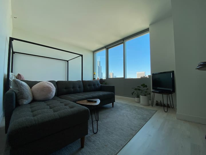 Bright, downtown (Loop) studio with great views