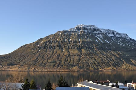 Mountain and fjord view in a very quiet area 1 :) - Eskifjorður - Haus