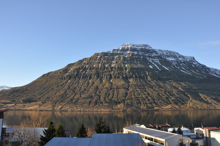 ★Mountain / fjord view + hot tub in quiet area 1★