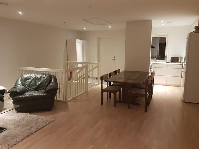 Fra stue til kjøkken. View from living room to kitchen.