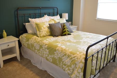 Queen Bed, 1 bath in Contemporary Home - 林伍德(Lynnwood)