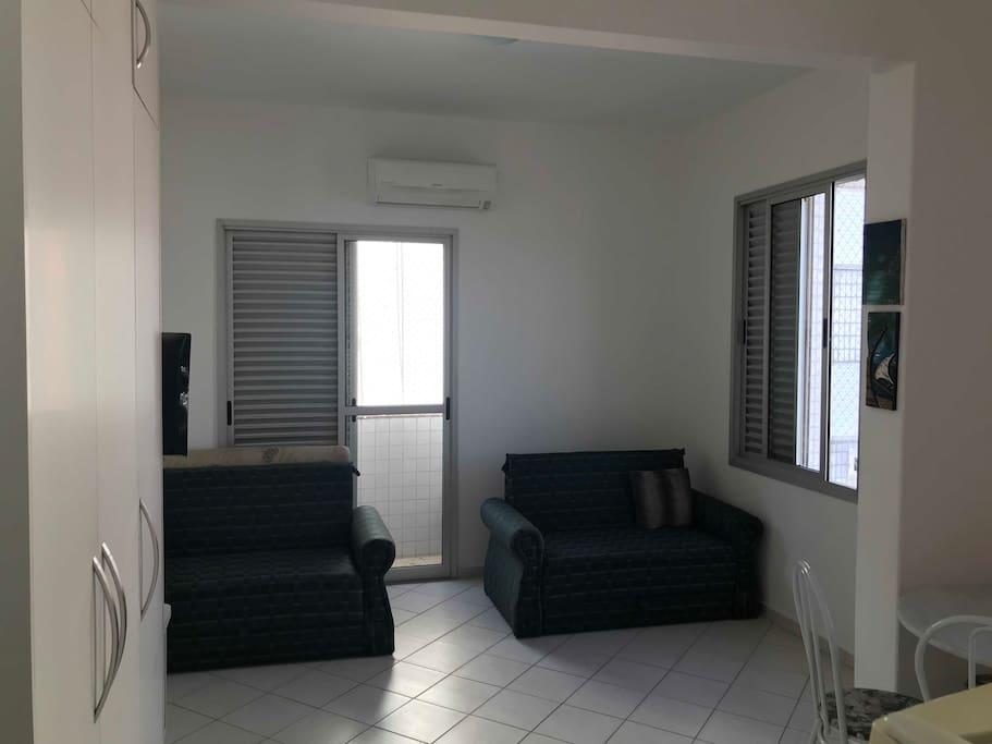 Vista do apartamento (da porta de entrada para a sala/quarto)
