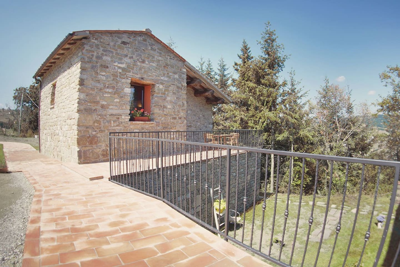 La faccia esterna della casa dove si trova la Suite Giulia. Gli ospiti possono godere anche la panorama su una terrazza soleggiata e ampia.