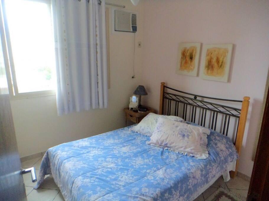 Quarto com cama de casal e armário +AC e ventilador de teto