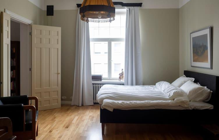 Spacious and beautiful 140 square meter apartment, with high ceilings. Brand new kitchen, 2 glamorous bathrooms. Upea 140 neliöinen asunto korkeilla huoneilla. Uusi keittiö ja 2 laadukasta kylpyhuonetta.