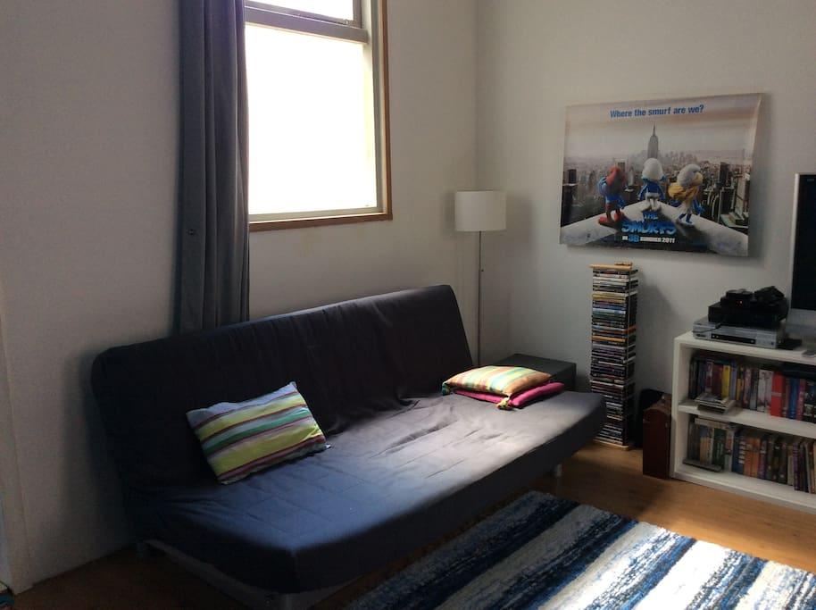 Bedbank in de woonkamer.