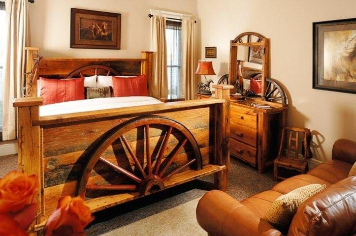 """""""Horseshoe"""" Main Floor Room - King Bed with Couch"""