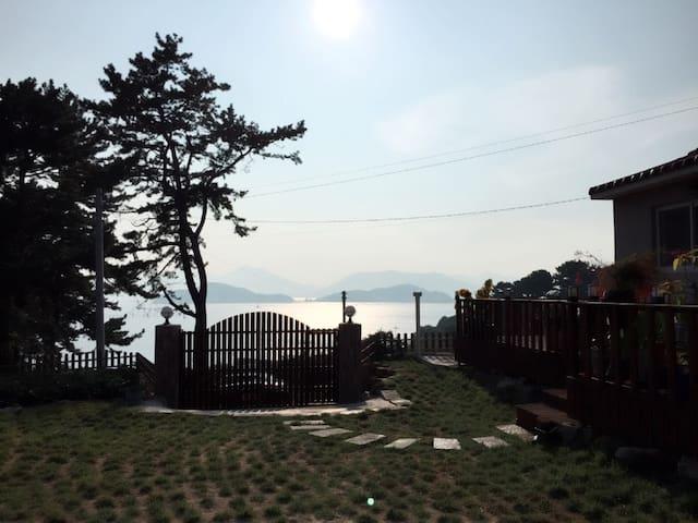 탁 트인 바다 평온한 노을과 산 아기자기한 꽃과 식물 - Sadeung-myeon, Geoje-si - Rumah