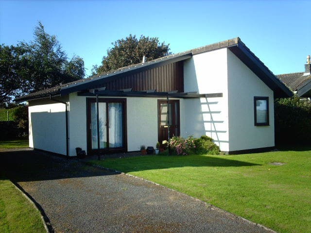 QUIET, DOG FRIENDLY SEASIDE CHALET WITH GARDEN - Isle of Whithorn