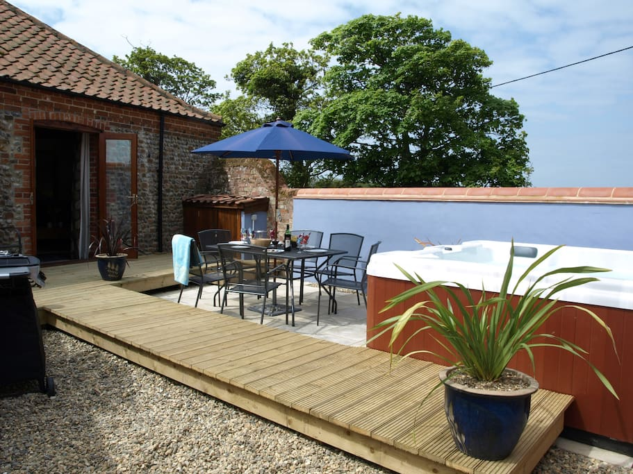 Secure rear garden Hot tub & BBQ overlooking open countryside