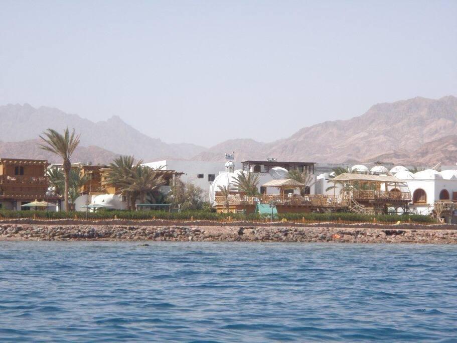Das INMO Divers Home liegt direkt am Meer