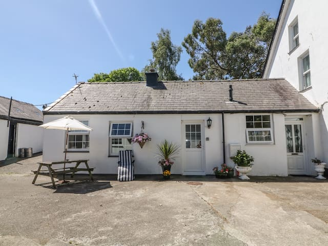 THE FARM COTTAGE @ THE STABLES, pet friendly in Groeslon, Ref 978822