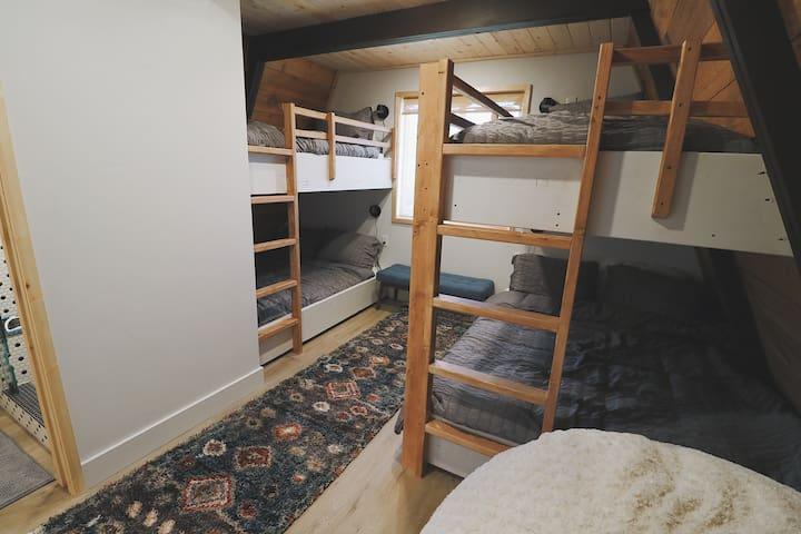 Bunk bed room. 2 queens, 2 twins.