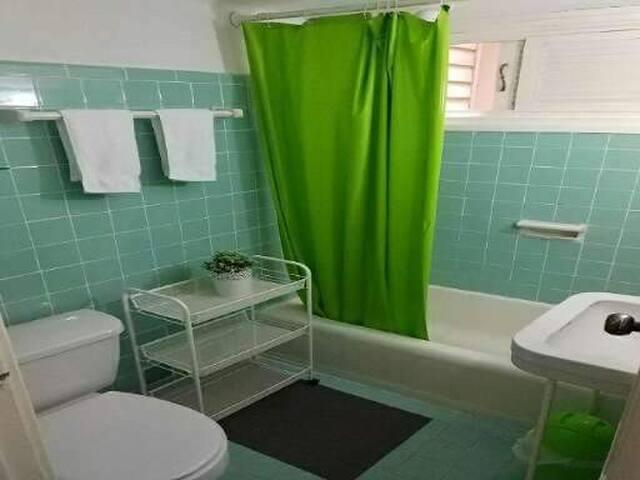 Baño con ducha de agua caliente y fría