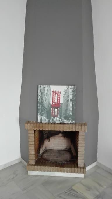El salón cuenta con una chimenea, la cual crea un entorno muy acogedor en los días de frío-