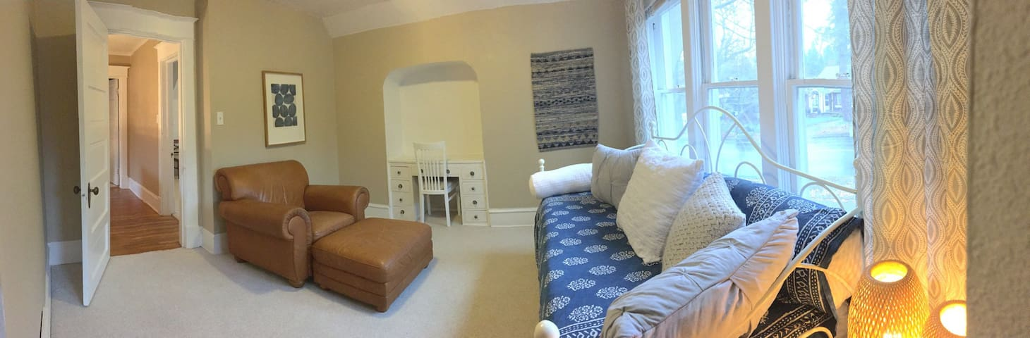 Second room with twin day bed - upstairs