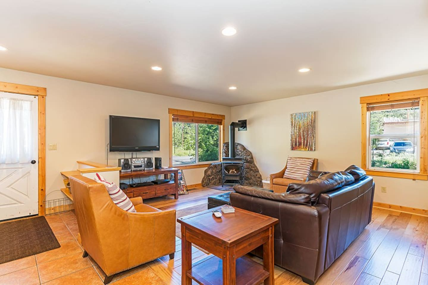Heart of Truckee-Living room space w/hardwood floors, gas fireplace and flat screen TV/Entertainment System
