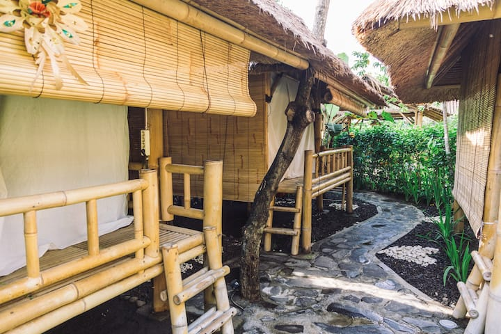 Bamboo hut + pool + garden (1,5 mill a month)