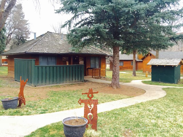 Dinty 39 s place b cozy ranch cabin near the river for Loveland co cabin rentals