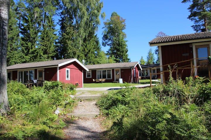 Fullutrustad stuga vid sjön i Bergslagen