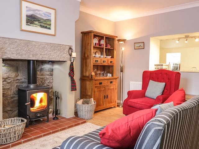 CASTLE KEEP COTTAGE, pet friendly in Norham, Ref 951891