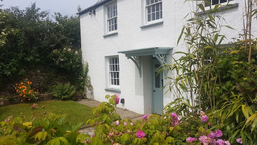 Victorian family friendly cottage, 3mls from Beach