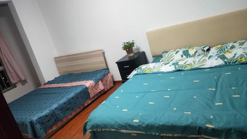 两张大床温馨舒适,干净整洁,让您有家的感觉