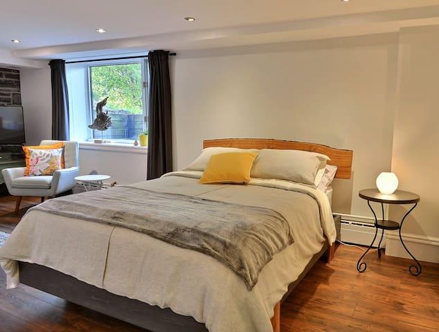Grand lit avec matelas ''pillow top'' et tête de lit en bois rustique / Queen bed with new pillow top mattress and live edge headboard.