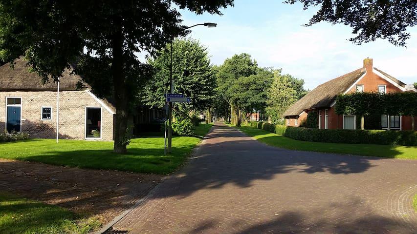 Nog een foto van de straat waar het huisje staat