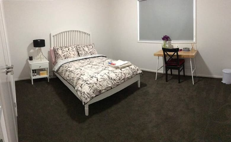 Large comfy Room close to Wyndham vale station