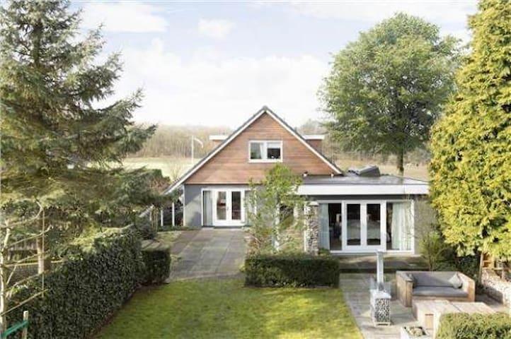 Groot luxe gezinswoning met bos & hei voor de deur