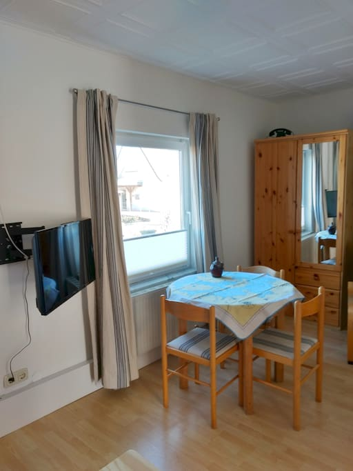 Wohn- Schlafzimmer - kleiner Esstisch mit drei Stühlen