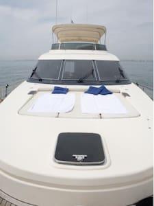 Barco de 24 metros de eslora amarrado en puerto - La Pobla de Farnals - Vaixell
