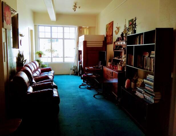 Sunny bedroom in Queen Street, CBD