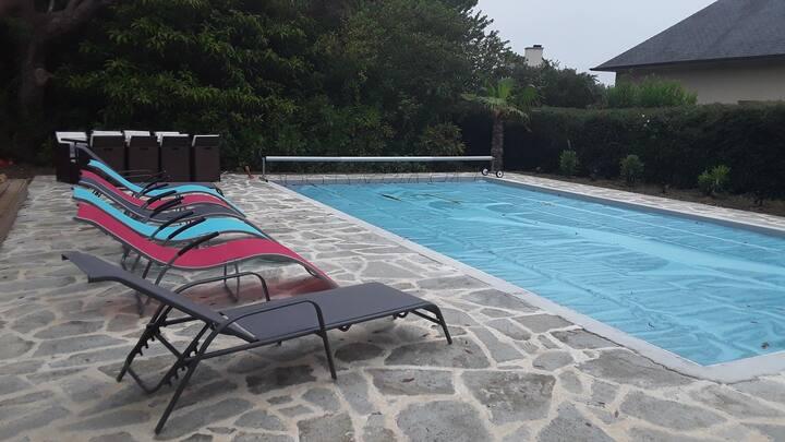 maison rénovée  , piscine chauffée , parc boisé