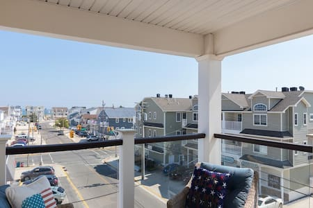 3 Bdrm Condo w/ Balcony *1 block to beach!*