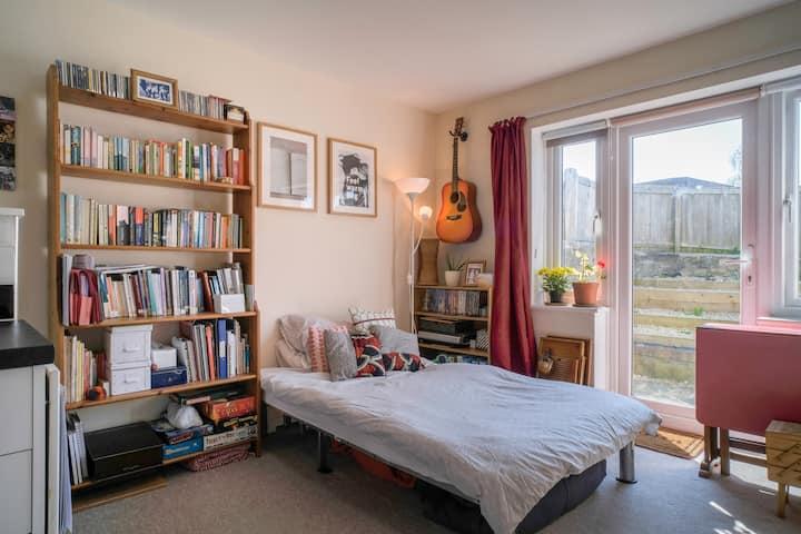 Cosy, creative garden flat in Easton