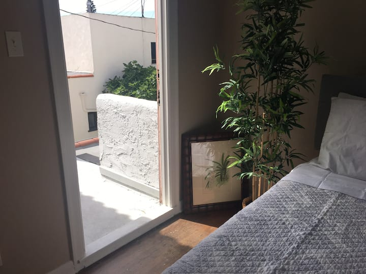 Naples Bamboo Room w Balcony, Wifi, Walk to Ocean