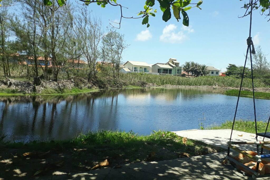 lago frente da casa.